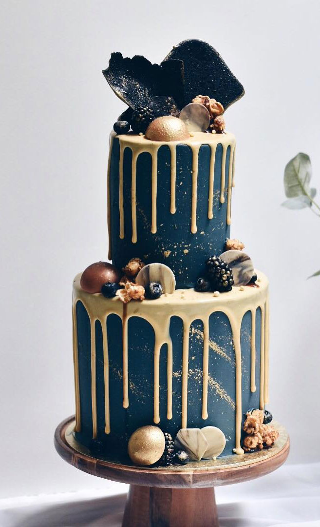 Beautiful Wedding Cake, wedding cake ideas, winter wedding cake, gold drip twedding cake,pretty navy blue wedding cake #wedding #weddingcake #cake #elegantweddingcake
