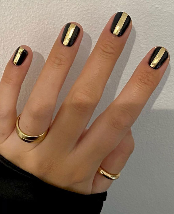 Cute Spring Nails That Will Never Go Out Of Style : Black Nails with Gold bars