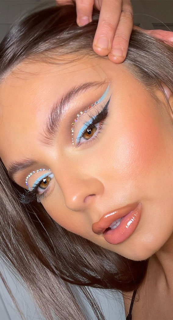 Creative Eye Makeup Art Ideas You Should Try : Summer Blues & Cut Crease