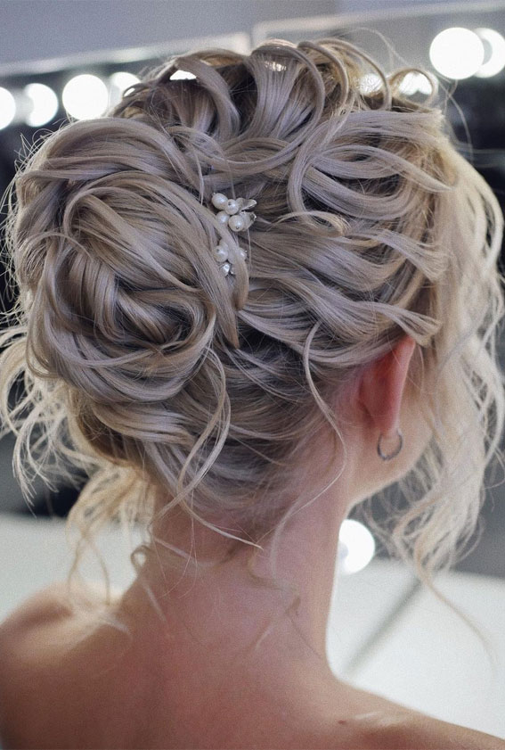 32 Classy, Pretty & Modern Messy Hair Looks : Texture, Messy Blonde Updo Look