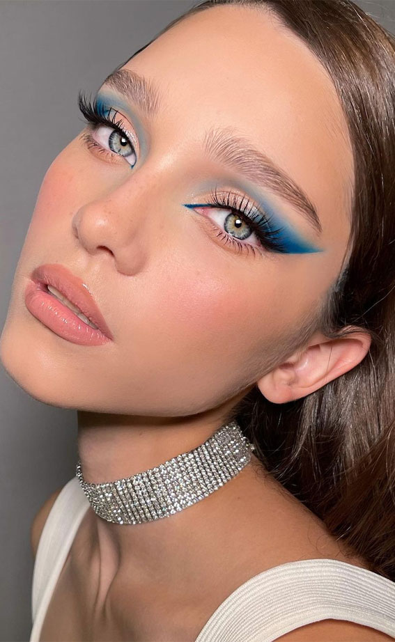 35 Cool Makeup Looks That'll Blow Your Mind : Nude and Bright Blue
