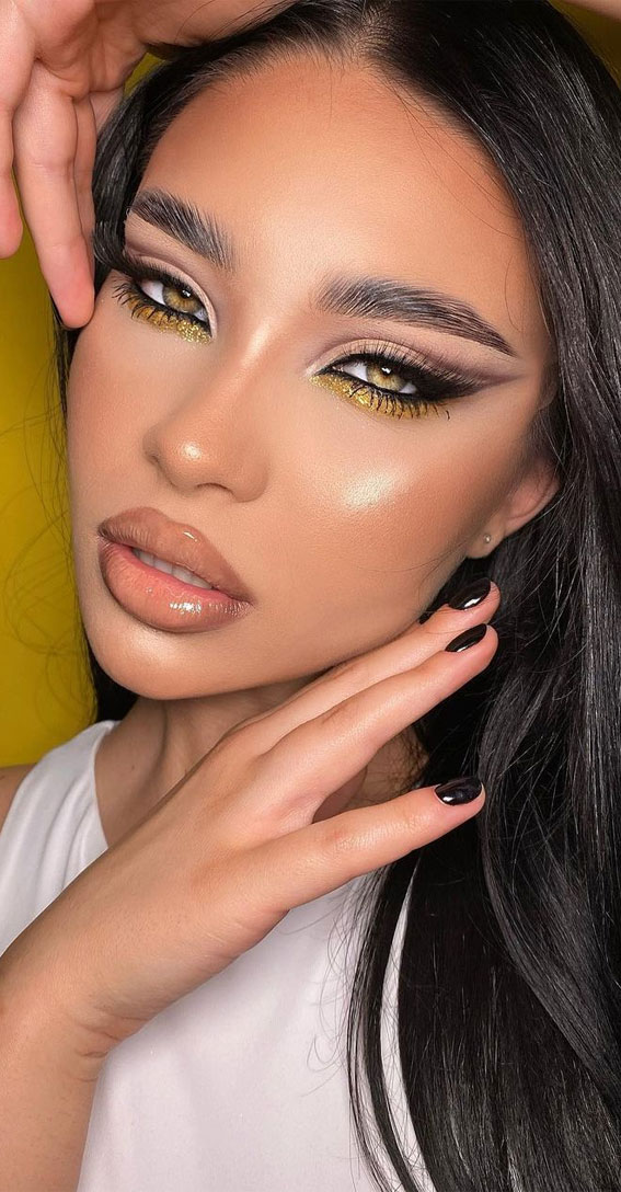 35 Cool Makeup Looks That'll Blow Your Mind : Nude and Gold Makeup Look