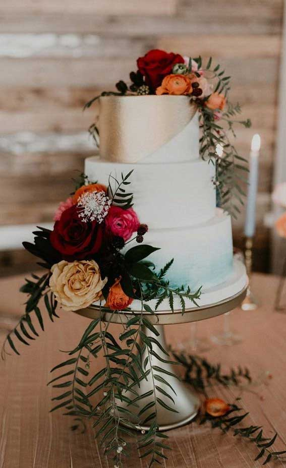 22 Beautiful wedding cakes to inspire you : Blue ombre and metallic gold wedding cake