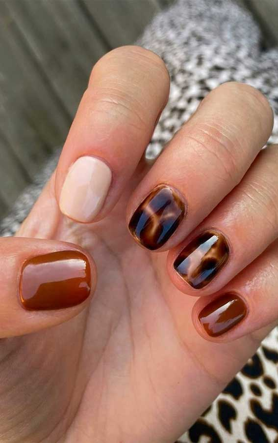 The 42 Nail Trends to Wear for Winter 2021 : Brown and Tortoiseshell Short Nails