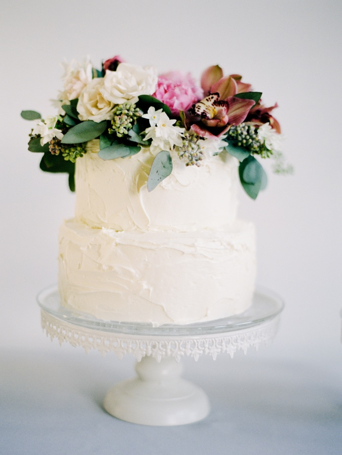 simple white cake with fresh flowers fab mood wedding