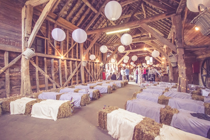 Barn wedding ceremony fab mood wedding colours - Decoration champetre campagne ...