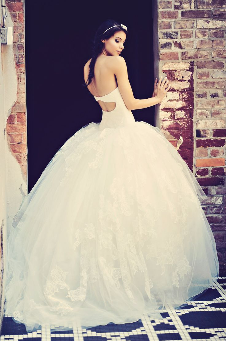 Vera Wang wedding dress - see morehttps://www.fabmood.com/open-back-wedding-dresses/