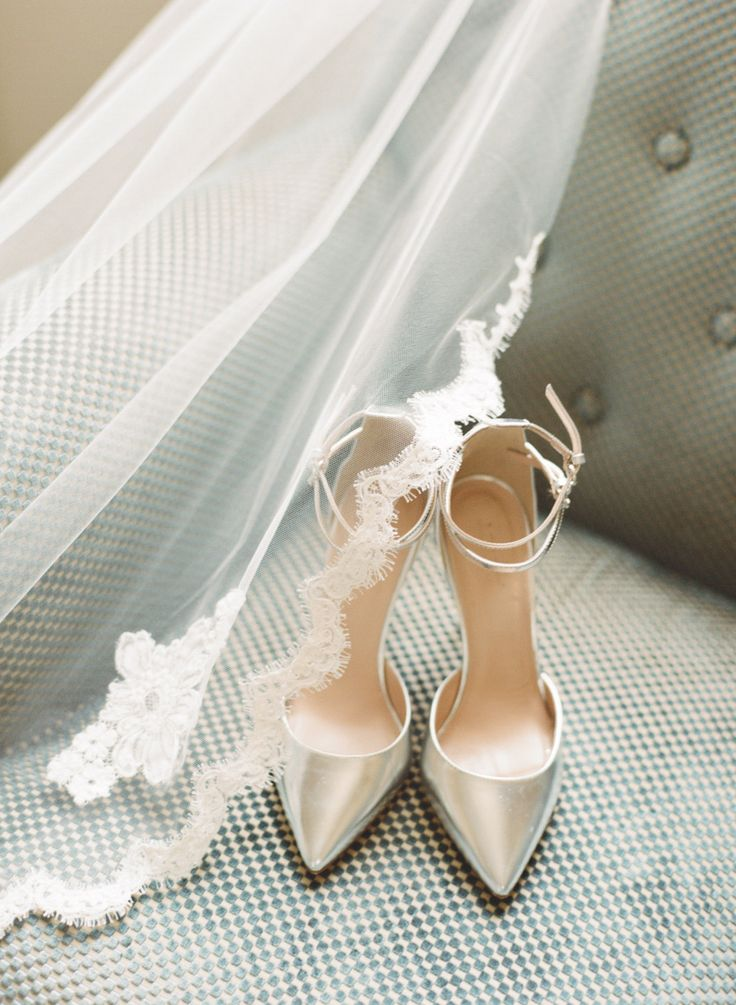 Photography : carolineyoonphotography.com/ | Gorgeous silver wedding shoes | famood.com: