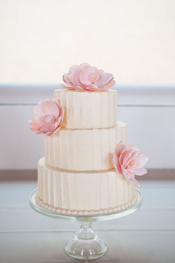 Cake With Icing In It : Wedding Cake Frosting Recipe   Dishmaps
