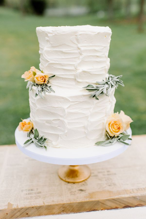 Two tier Buttercream wedding cake | fabmood.com #weddingcake #cake #simplecake #buttercreamweddingcake