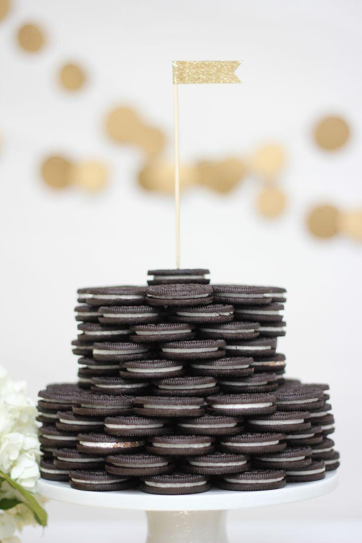 black oreo wedding cake with gold flag cake topper |Photography: Laura Clarke Photography - www.lauraclarkephotos.com/