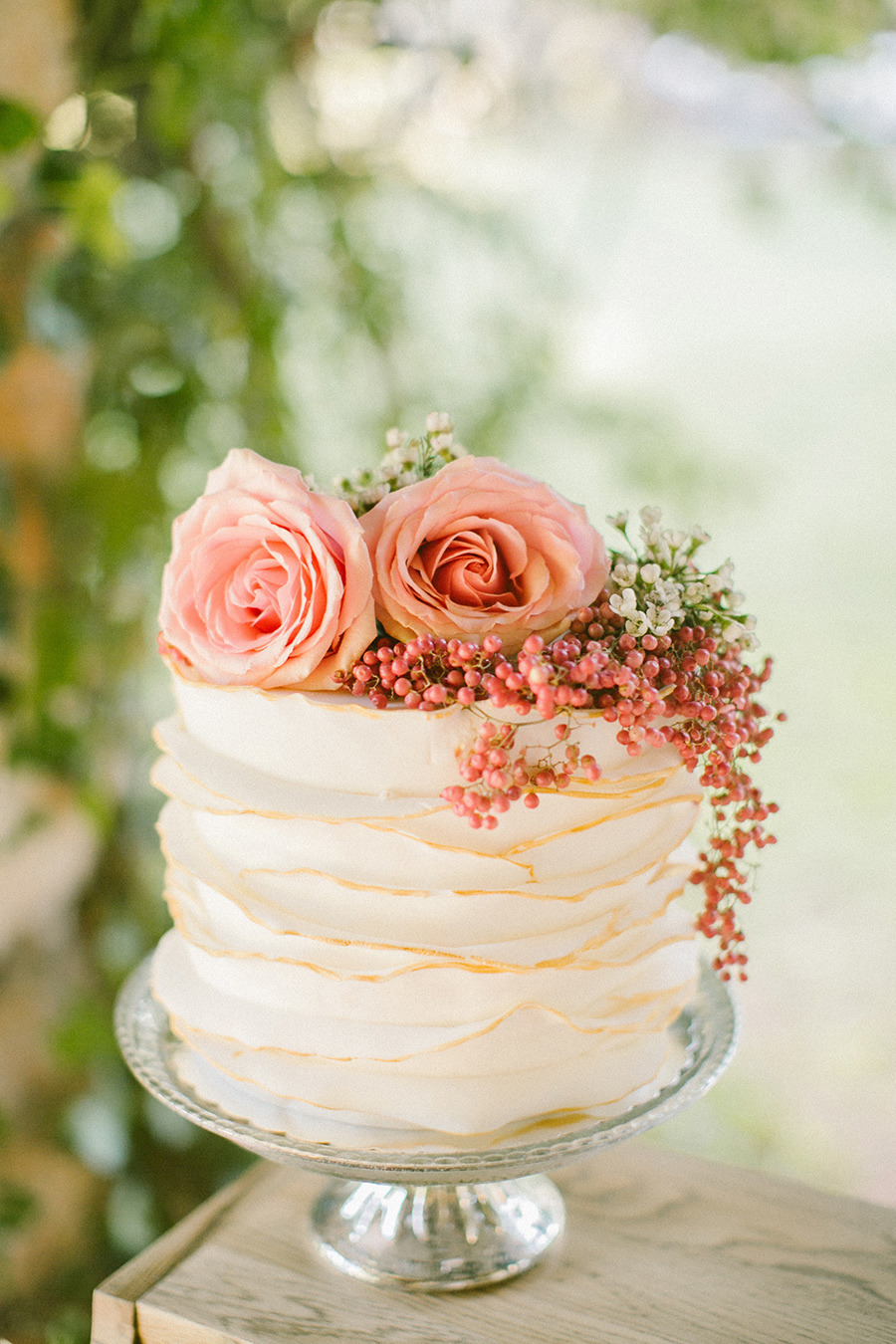 winte wedding cake - Boho Chic Wedding Inspiration Shoot from Anna Roussos Photography - annaroussos.com | Read more : https://www.fabmood.com/boho-chic-wedding-inspiration-shoot-anna-roussos-photography
