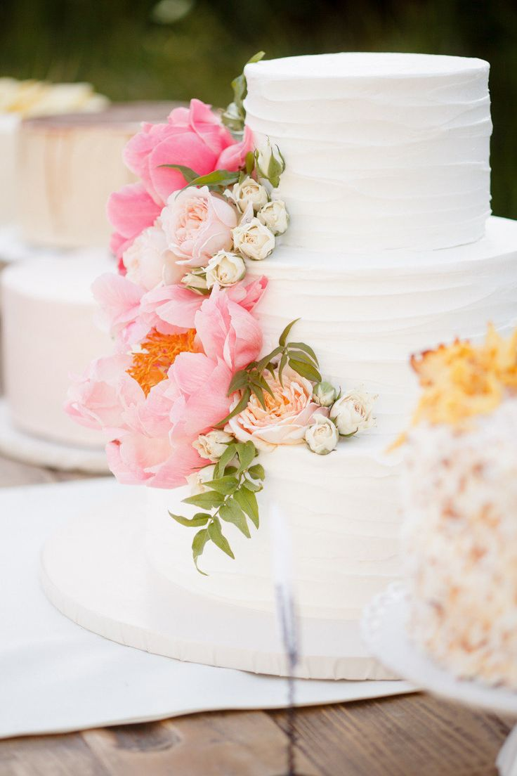 Over-sized flowers on wedding cake