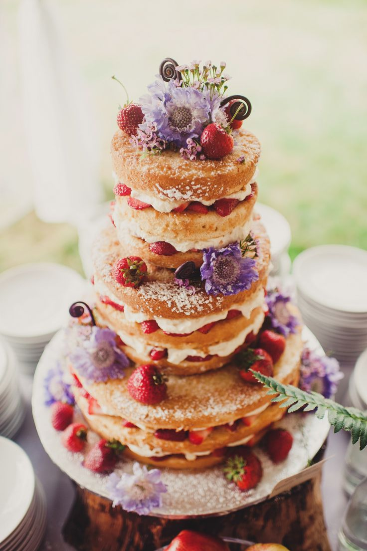Unique wedding reception ideas on a budget – Naked wedding cake with wild flowers and strawberries