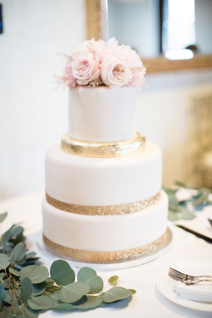 Wedding cake with gold details | fabmood.com