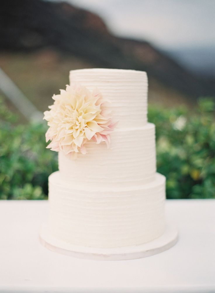 A Vineyard Wedding With Mountain Views Of Malibu | Photography : carolinetran.net | fabmood.com #wedding #weddingcake