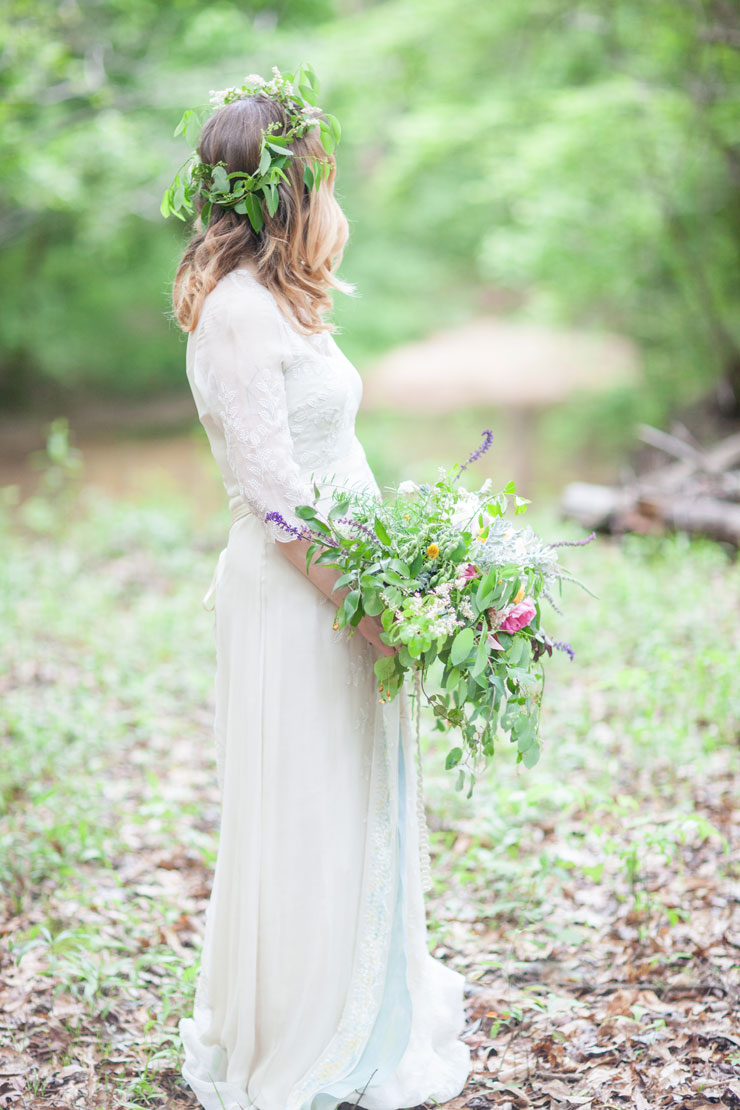 3/4 sleeves Saja wedding gown Woodland Bohemian Elopement Inspiration | Photography : leanicole.com | https://www.fabmood.com/saja-wedding-dress-bohemian-elopement-inspiration: