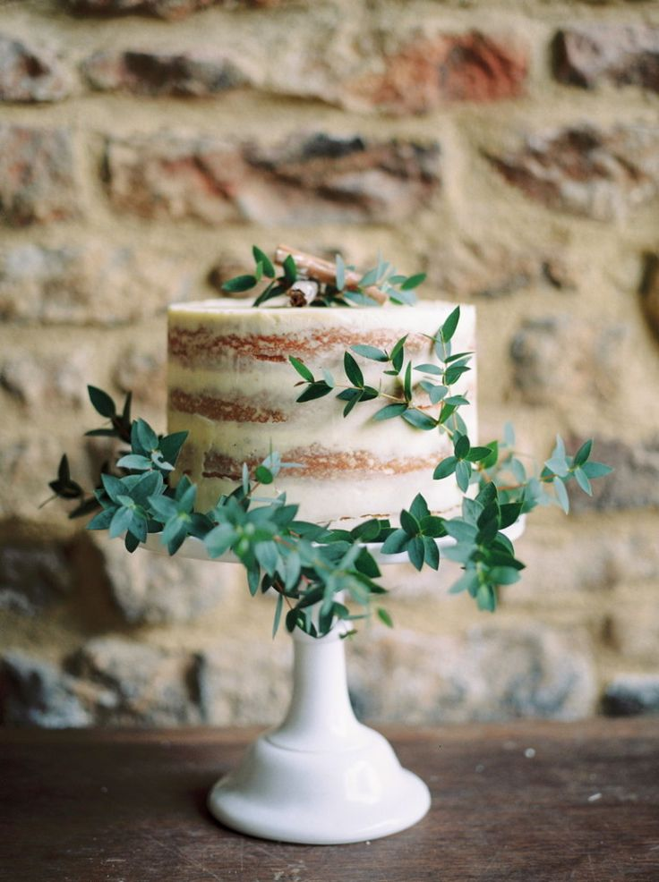 nearly Naked Wedding Cake : https://www.fabmood.com/24-semi-naked-wedding-cakes-with-pretty-details/