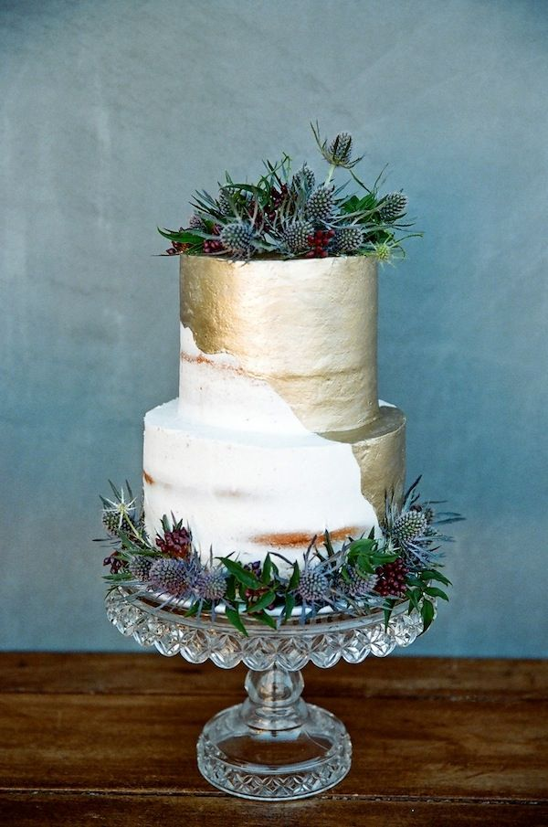 Half naked gold wedding cake - Semi Naked Wedding Cake : https://www.fabmood.com/24-semi-naked-wedding-cakes-with-pretty-details/
