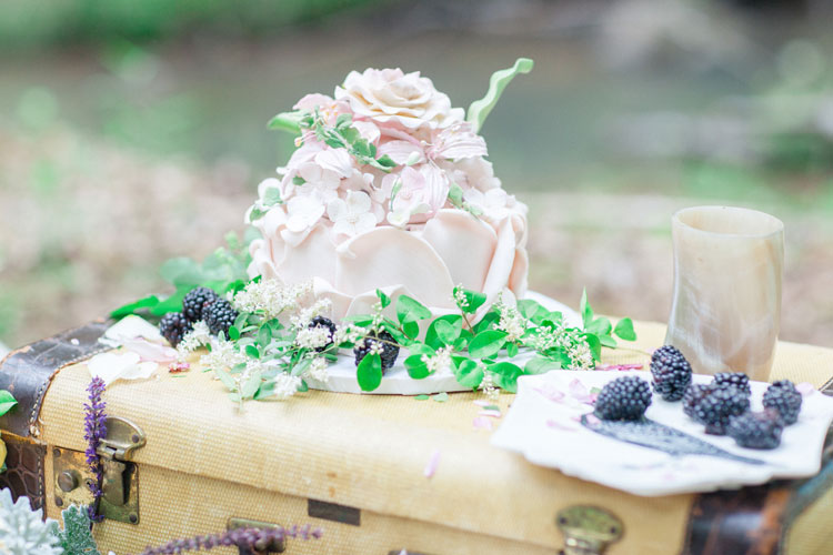 wedding cake Beautiful Bohemian Elopement Inspiration | Photography : leanicole.com | https://www.fabmood.com/saja-wedding-dress-bohemian-elopement-inspiration: