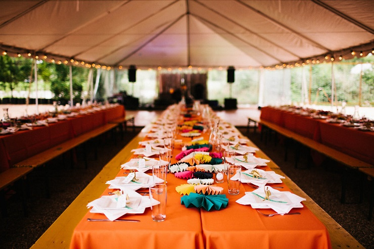 Orange wedding tablecloth | Photography : rebeccacaridad-manzanita.com | A Saja Wedding Dress For a Rustic, Relaxed and Intimate Wedding in Austin | fabmood.com #intimate #wedding