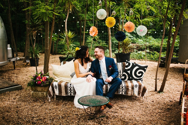 Outdoor wedding decoration with colourful papers | Photography : rebeccacaridad-manzanita.com | Read more about this #wedding on fabmood.com