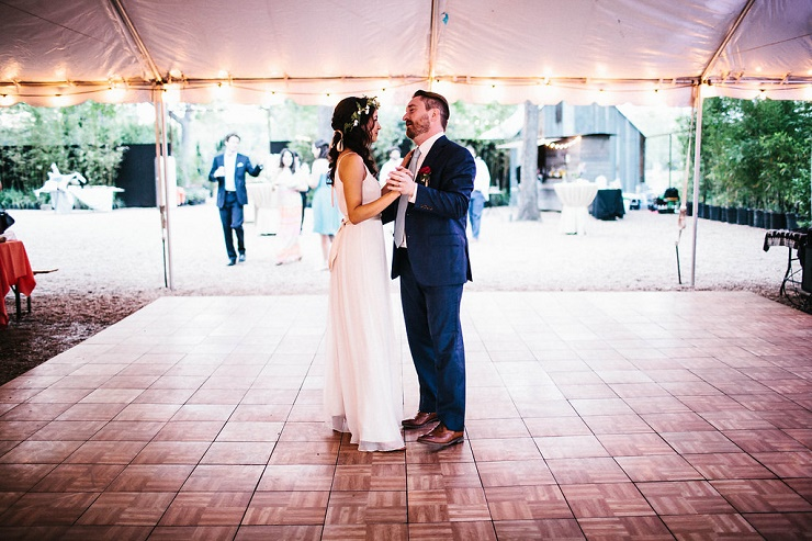 Bride and groom first dance song | Photography : rebeccacaridad-manzanita.com | Read more about this #wedding on fabmood.com #firstdance