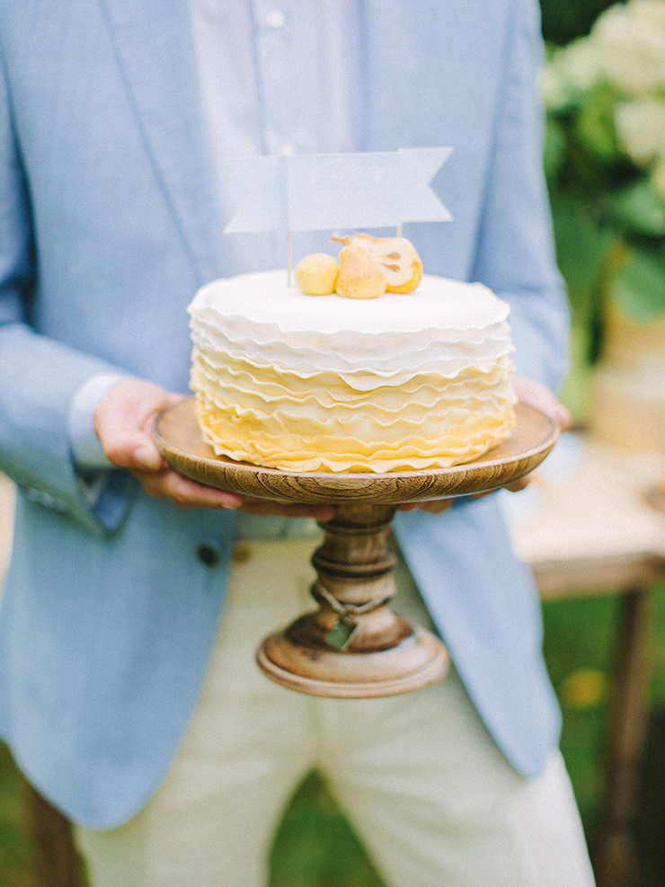 Yellow and white wedding cake weith pears cake topper | Pear inspired wedding theme with blue and yellow colour scheme | Photography : anastasiyabelik.com | Full #wedding inspiration on fabmood.com