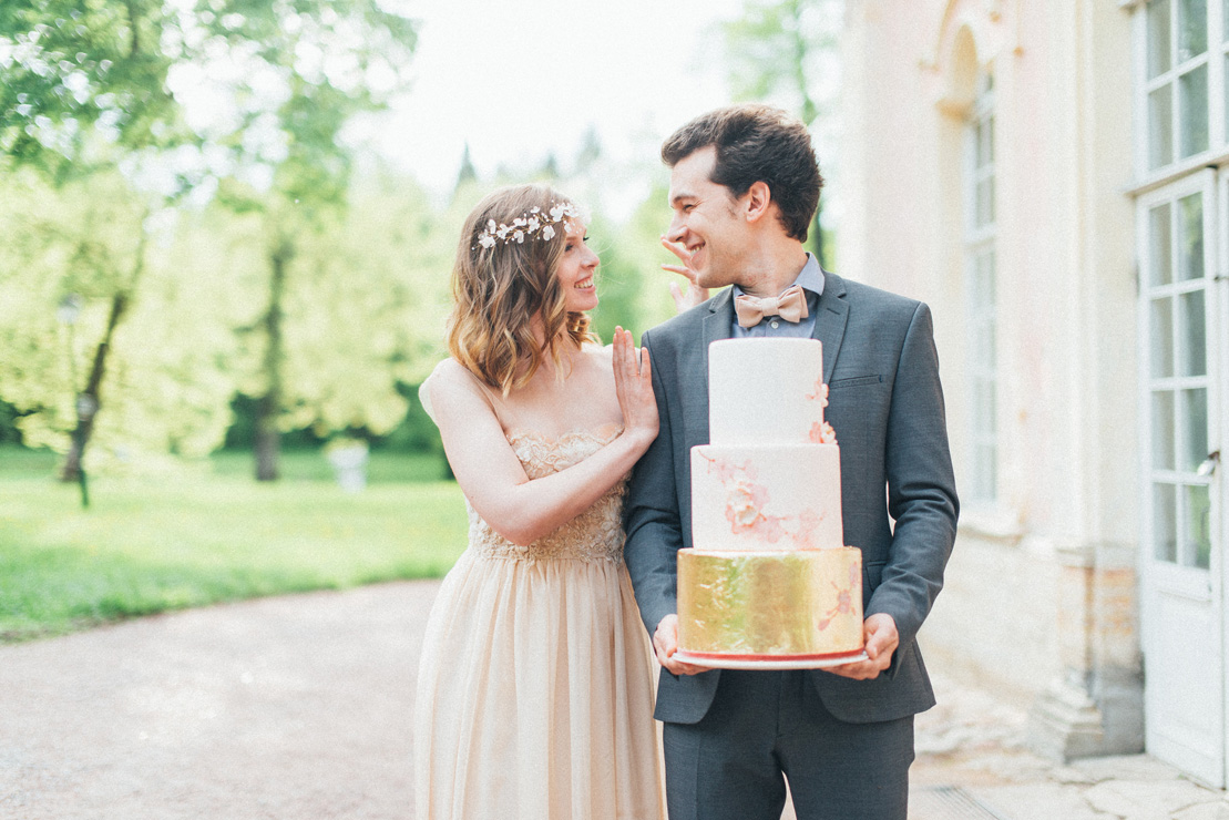 Blush and gold wedding cake | Romantic Ethereal wedding inspiration { Fresh and Subtle Shades } Photography : pshefter.com | read more on fabmood.com #weddinginspiration :