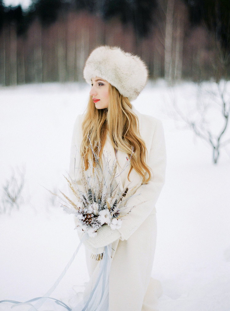 winter wedding bouquet, bridal in snow, wedding portrait in snow