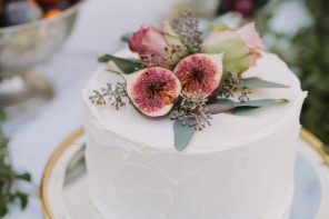 Single Tiered Wedding cake & figs. Autumn wedding ideas!:
