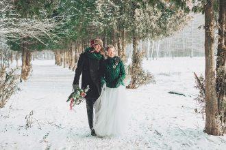 Christmas winter wedding in snow | fabmood.com #wedding #winterwedding #christmas #christmaswedding