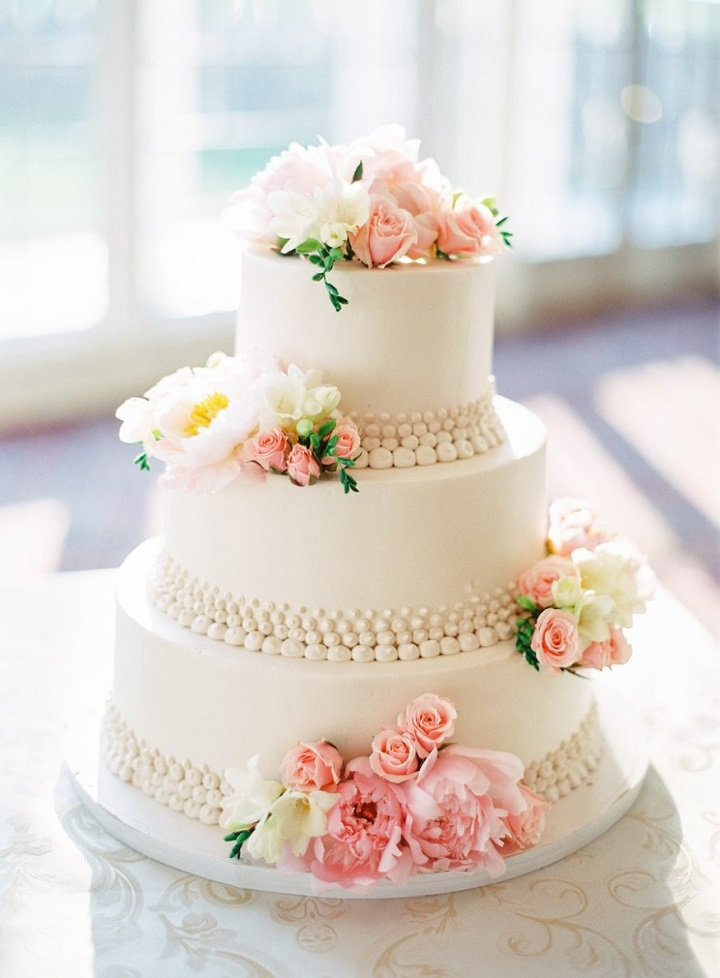 Elegant three tier white wedding cake #weddingcake #cakes