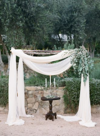 Simple Decor For Outdoor Wedding Ceremony #tuscanwedding #tuscany #weddingceremony #tullearch #outdoorwedding