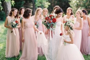 Blush bridesmaid dress + red wedding bouquets | fabmood.com #weddinginspiration #blush #blushbridesmaiddresses