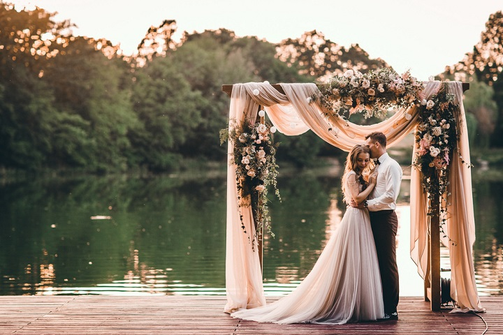 A blush colour theme for a gorgeous outdoor wedding with blush sheer chiffon draped wedding arch | fabmood.com #weddingceremony #wedding #weddingarch #blushwedding #outdoorceremony