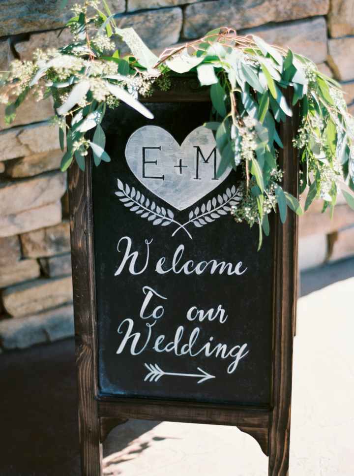 Pretty chalkboard wedding sign decorated with greenery | fabmood.com #weddingsign #chalkboard #weddingidas #greenery