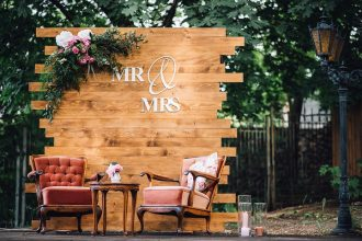 Wooden Pallet Wedding Backdrop | Rustic wedding decorations #weddingdecor #woodenpallet #weddingbackdrop