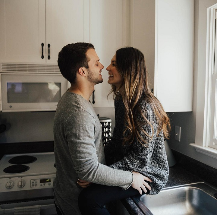 Engagement session in the kitchen - Adorable engagement photo shoot at home | fabmood.com #engagementphoto #engaged #engagement #ido #couple #engagementphoto #engagementthemes #engagementsession #coupleportraits