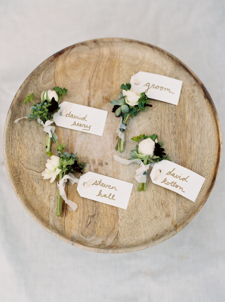 White boutonnieres for Rustic bohemian wedding | fabmood.com #bohemianwedding #rusticbohowedding #rusticwedding #bohemianrustic #bohemianwedding