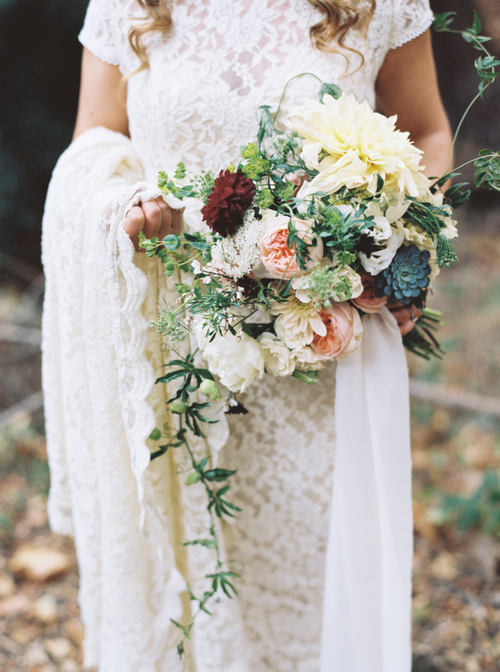 Pretty bridal bouquet - Rustic bohemian wedding | fabmood.com #bohemianwedding #rusticbohowedding #rusticwedding #bohemianrustic #bohemianwedding #weddingbouquet