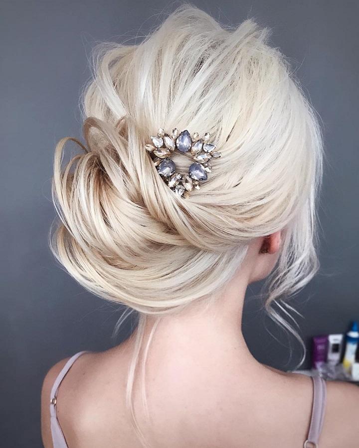 Updo wedding hairstyle | Swept back wedding hairstyles #weddinghair #weddinghairstyle #hairstyles #bridalhairideas #weddinghairinspiration #weddinghairideas #beauty #bridesmaidshair #pullbackhairideas #updo #messyupdo