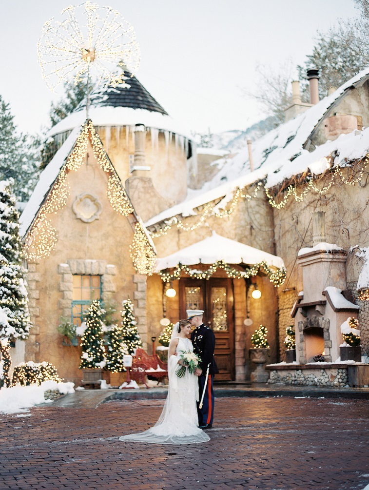 Absolutely gorgeous wedding photo of bride and groom #winterwedding