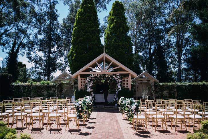 A beautiful outdoor wedding ceremony decor with white and green #weddingdecor #gardenwedding #weddingceremony