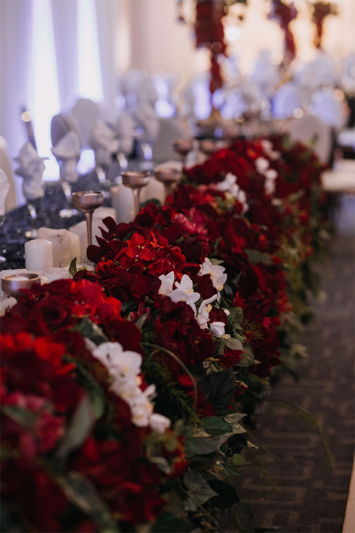 A stunning wedding tablescape - red flowers and candles wedding table decorations #decor #wedding #blackwedding #gothic
