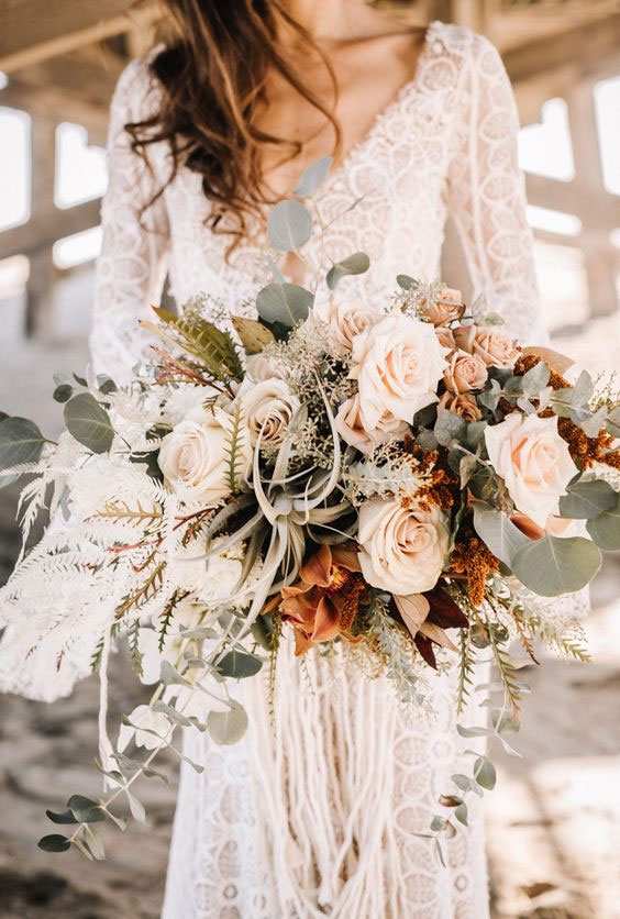 The perfect autumn bouquet - neutral flowers with copper accents #weddingbouquet #fallwedding