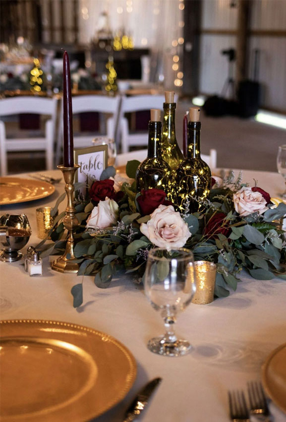 Moody wedding table ideas - burgundy and gold wedding table decorations #wedding #burgundy #weddingdecor