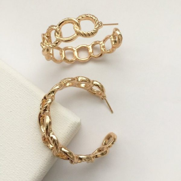 Stunning linking embossed link hoop earrings.
