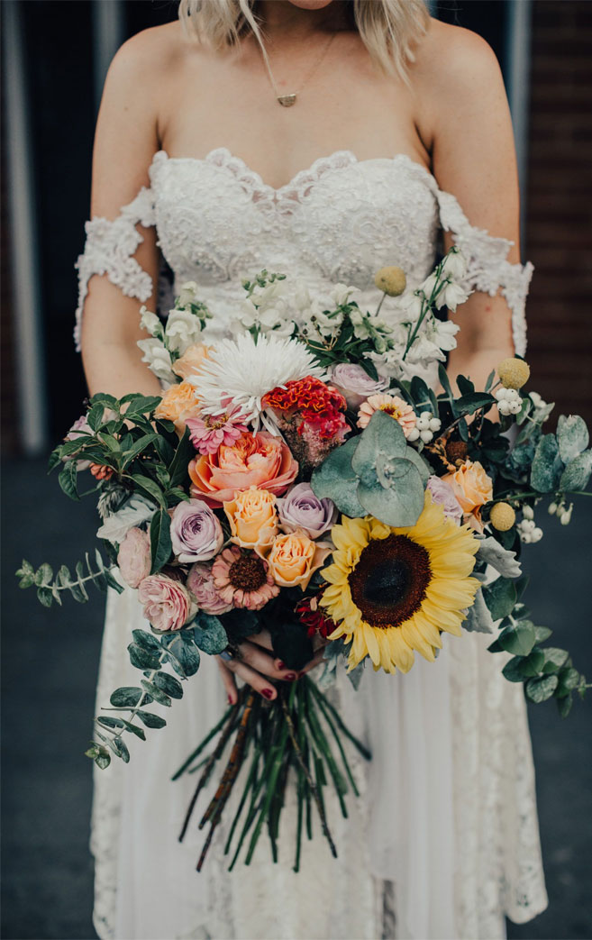 Absolutely beautiful bouquet perfect for late summer wedding to autumn wedding #bouquet #sunflowers