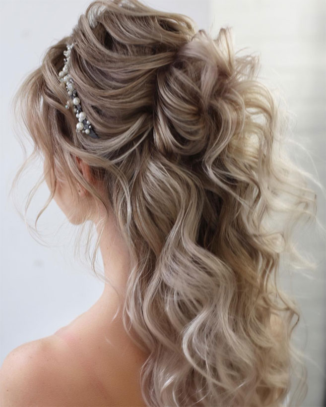 11 Gorgeous hairstyles for WAVY HAIR that perfect for any occasion - half up half down hairstyle #hairstyle #weddinghair #promhairstyle #prom #wedding